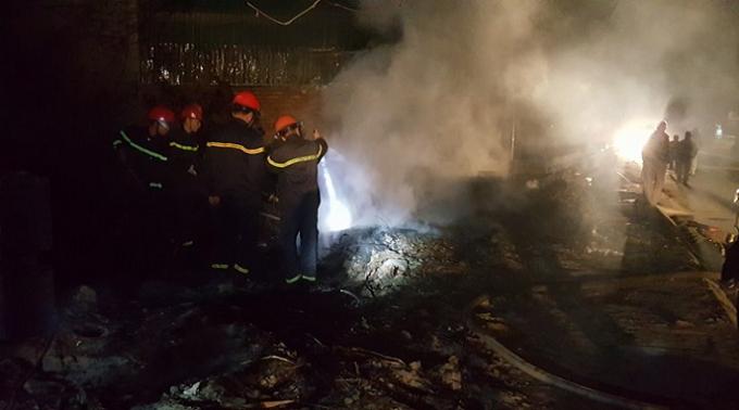 Lực lượng cứu hỏa, khống chế tận gốc đám cháy.