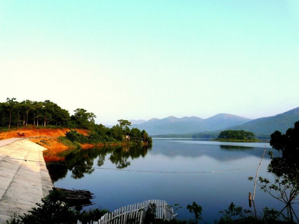 Khung cảnh thơ mộng ở hồ Yên Trung. (Ảnh: websosanh.vn)