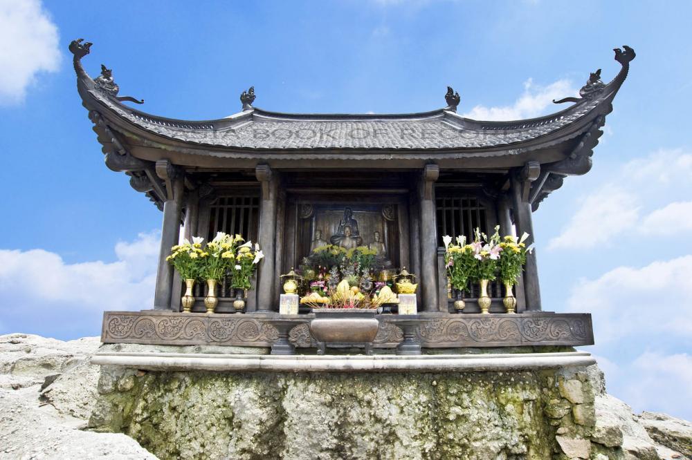 Hàng năm, nơi đây lại thu hút rất nhiều du khách về đây chiêm bái. (Ảnh: vietnamtravelblog.info)