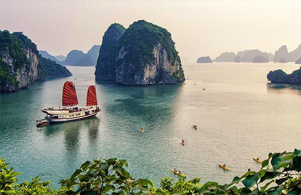 Vịnh Bái Tử Long trong xanh, yên bình