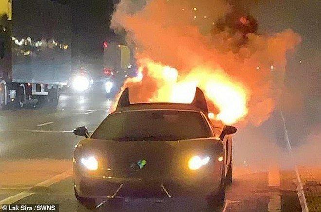 Chiếc Lamborghini Gallardo bất ngờ phát n ổ rồi bốc ch áy dữ dội.