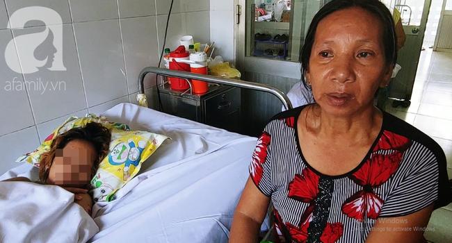 Mẹ ruột chị H. nuôi bệnh nhân những ngày qua.