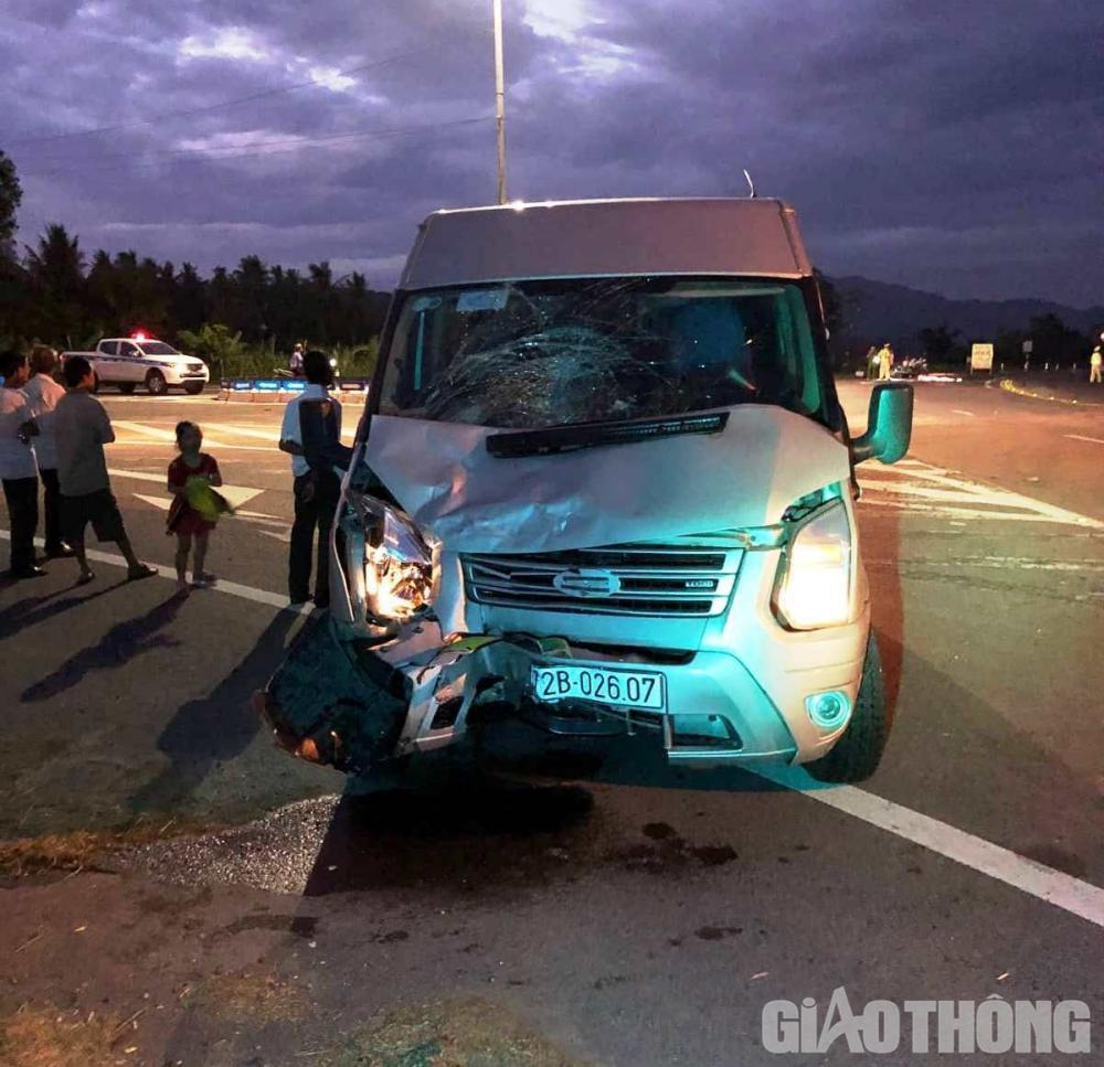 Đầu xe khách h.ư h.ỏng nặng sau vụ tai nạn