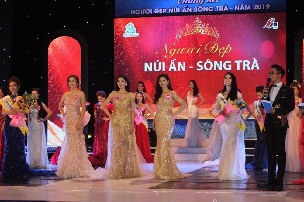"""Các thí sinh tham dự đêm chung kết """"Người đẹp núi Ấn sông Trà"""" năm 2019."""
