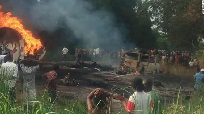 Vụ nổ xe bồn chở xăng đã khiến hơn 150 người th.ương v.ong. Ảnh: CNN.