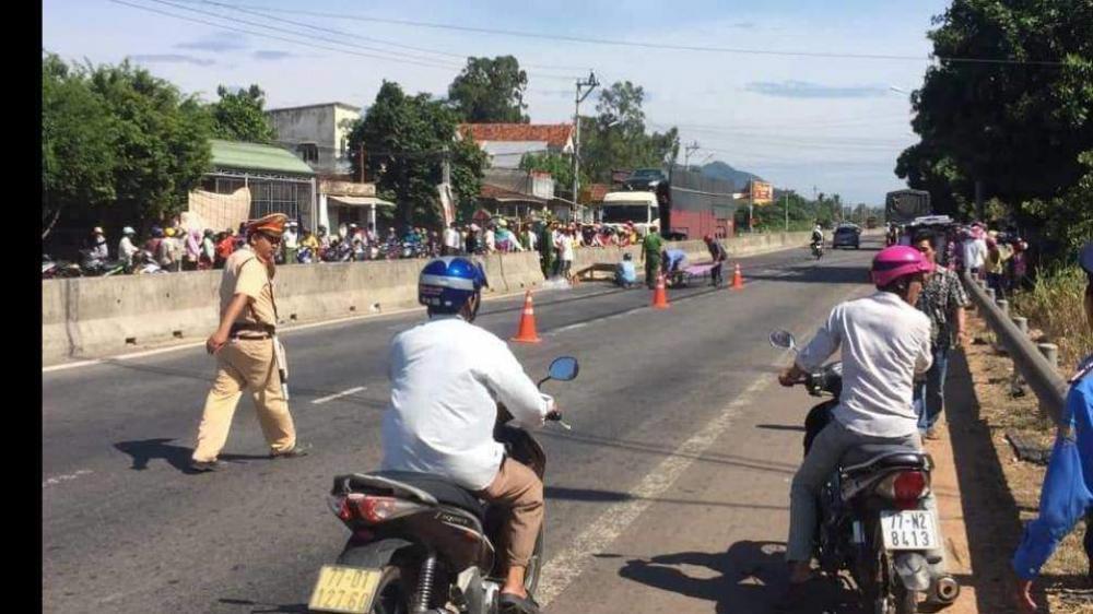 H.iện tr.ường vụ TNGT nghiêm trọng sáng 10/7 tại thôn Tân Lộc (xã Mỹ Lộc, huyện Phù Mỹ) khiến 2 người thương vong