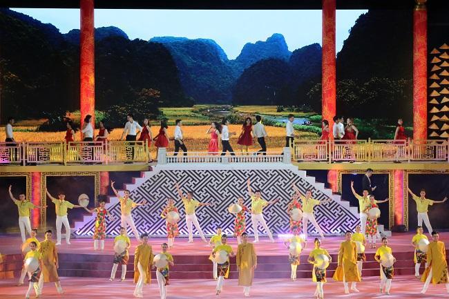 Nam, nữ Việt Nam trong áo dài.