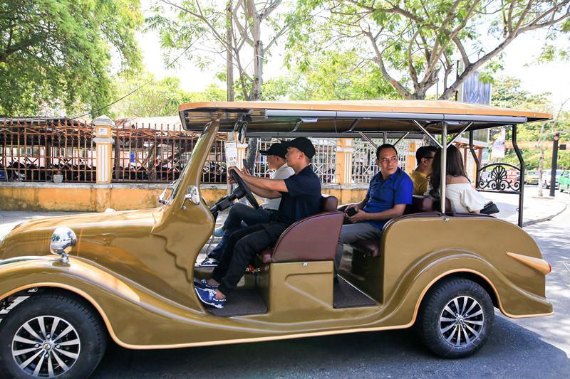 Hội An đưa loại hình xe điện công cộng giúp du khách dễ dàng tham quan.
