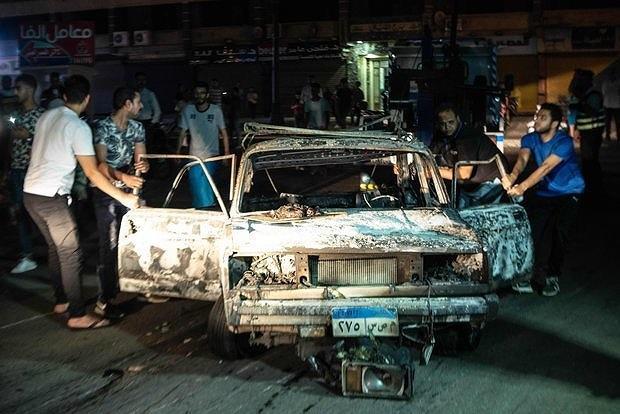 Nhiều xe hơi bị th.iêu rụi. Ảnh: EPA