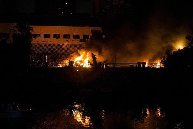 Ngọn lửa bao trùm khu vực trước cổng Viện U.ng th.ư. Ảnh: EPA