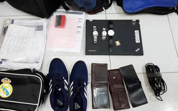 Một số vật dụng được cảnh sát phát hiện tại nhà của Sáng. Ảnh: Hưng Nghĩa.