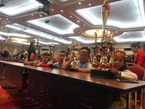 Em Lê Văn Nhân cùng các bạn trong đoàn Việt Nam đạt giải