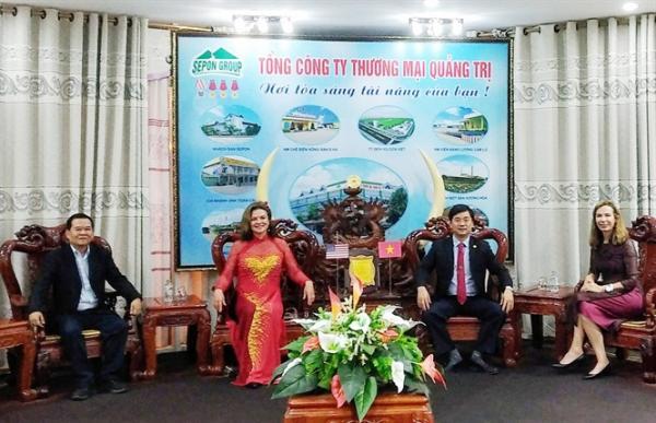 Ông Hồ Xuân Hiếu (cà vạt đỏ) trao đổi với bà Bà HeiDi Kuhn, Giám đốc tổ chức Roots of Peace, (bên trái) về xây dựng NM chế biến tiêu khô tại Quảng Trị.