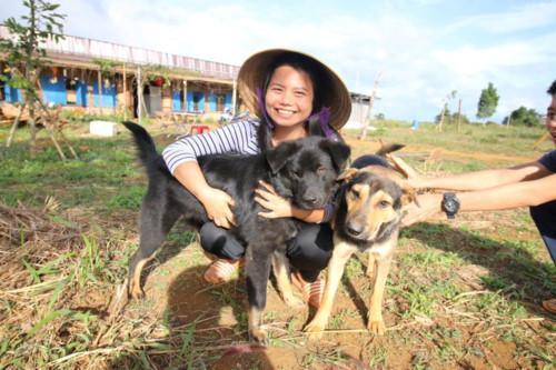 Cô giáo nổi tiếng Đào Thị Hằng trong môi trường giản dị dạy học tiếng Anh tại làng Hama - làng Vui Khỏe