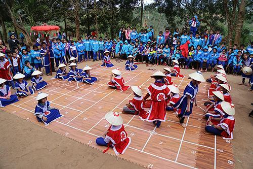 Khôi phục môn thể thao cờ người giúp các tiết ngoại khoá của trường Tiểu học Hướng Phùng thêm mới mẻ, hấp dẫn. Ảnh: Hoàng Táo