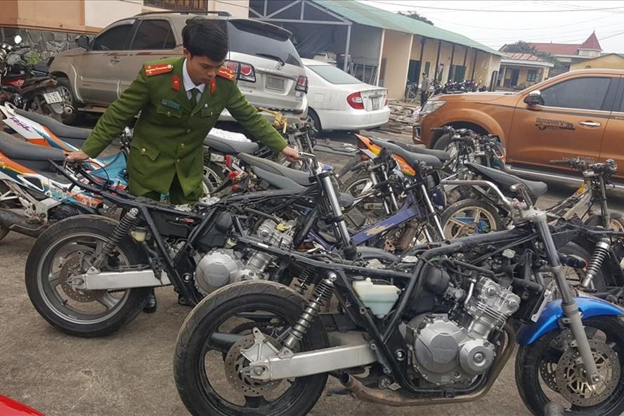 Các loại xe môtô bị thu giữ tại cơ quan điều tra. Ảnh: Hưng Thơ.