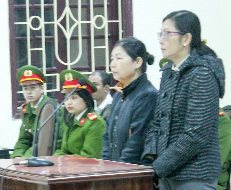 Bị cáo Nguyễn Thị Thanh Hoa (đeo kính) và Nguyễn Thị Hường tại phiên tòa