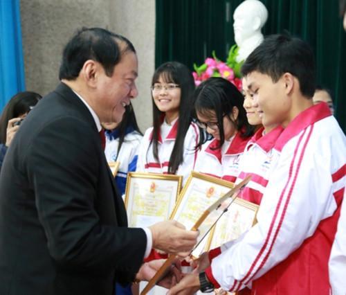 Ông Nguyễn Văn Hùng, Bí thư Tỉnh ủy tỉnh Quảng Trị trao bằng khen cho học sinh đạt giải cao trong kỳ thi học sinh giỏi Quốc gia năm 2018.