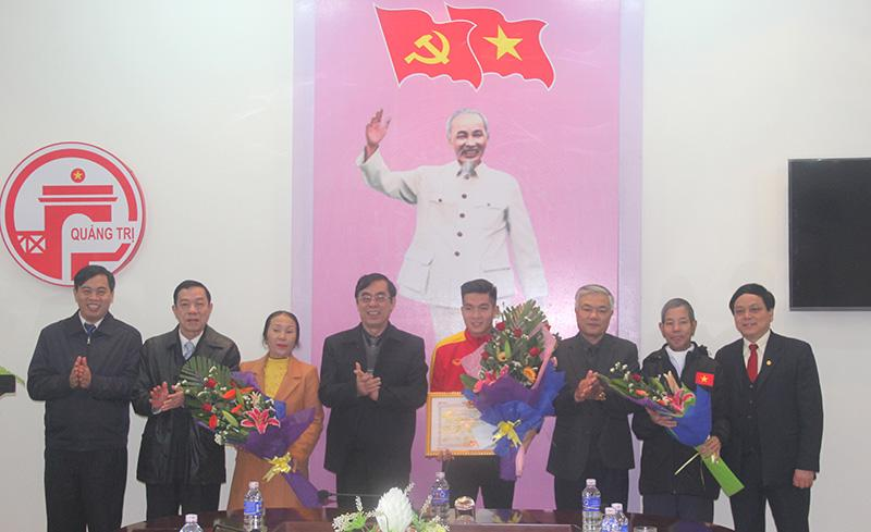 Lãnh đạo tỉnh tặng bằng khen, hoa và chúc mừng cầu thủ Trương Văn Thái Quý cùng gia đình