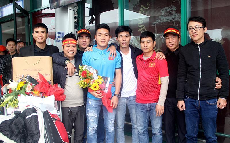 Những người tâm huyết với bóng đá phủi TP. Đông Hà trong niềm vui đón cầu thủ Thái Quý tại Sân bay Phú Bài