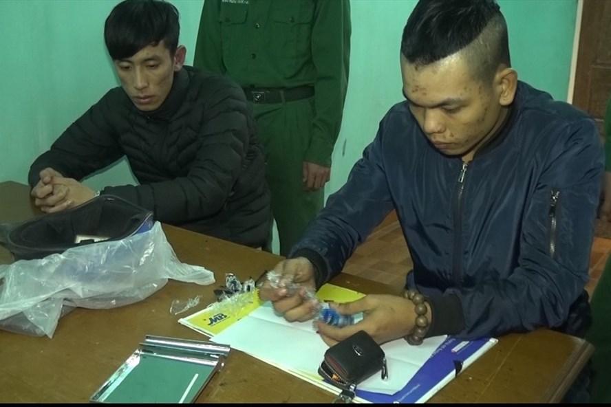 Hai đối tượng bị bắt giữ tại Đồn Biên phòng Cửa khẩu Quốc tế Lao Bảo. Ảnh: MH.