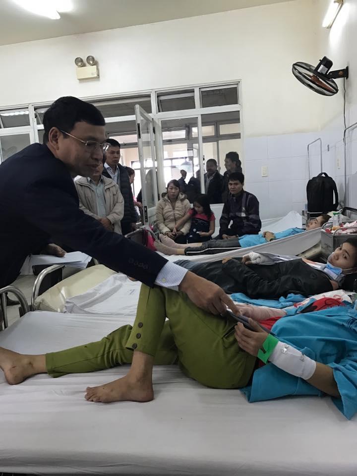 Ông Hồ Kỳ Minh, Phó Chủ tịch UBND TP.Đà Nẵng đến bệnh viện thăm hỏi, động viên các nạn nhân.