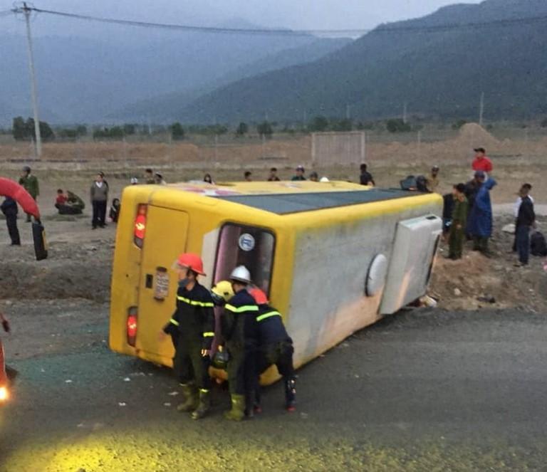 Hiện trường vụ lật xe khách trên đường tránh Nam Hải Vân (Đà Nẵng) khiến 13 người thương vong, 2 nạn nhân tử vong có 1 người ở Quảng Trị