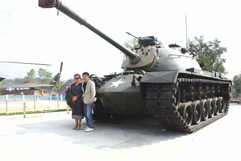 Tác giả (bên phải) cùng người bạn Lào tại Bản Đông