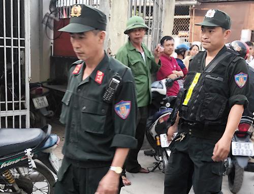 Cảnh sát phong toả, khám nghiệm hiện trường. Ảnh: Quốc Thắng.