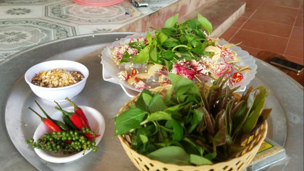 Nguyên liệu ăn kèm là hoa bần sông và chồi mưng hái ven sông.