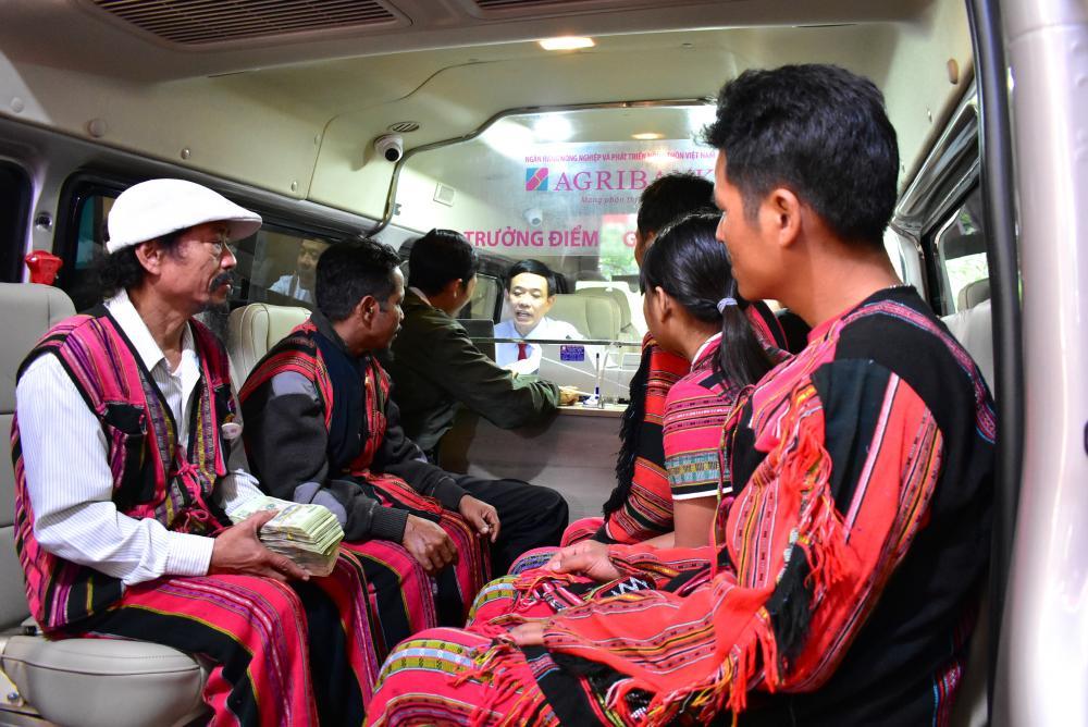 Người dân xã Tà Rụt thực hiện giao dịch tại Điểm giao dịch lưu động trên xe ô tô chuyên dùng