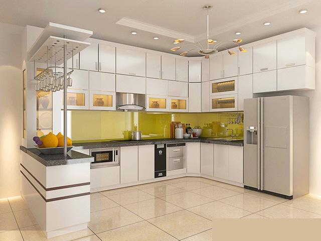 Phòng bếp với tủ công nghiệp sơn trắng.