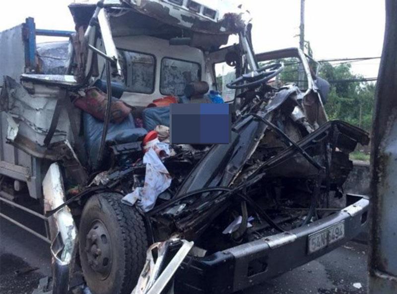 Tiền Giang: Hai xe tải tông nhau, tài xế và phụ xe tử vong trong cabin