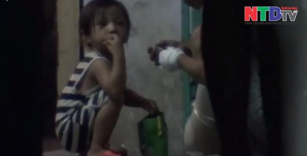 Số ma túy còn thừa, người đàn ông này đã tiêm vào tay đứa trẻ.