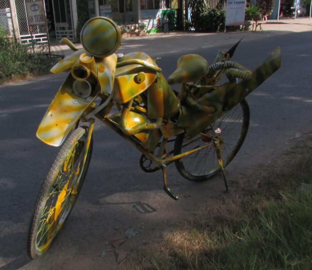Chiếc xe độc lạ do anh Muối tự chế từ xe đạp cũ. Ảnh Huyền Trinh