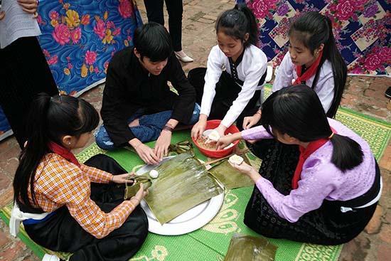 Học sinh Trường THCS Quang Huy (Phù Yên) thi gói bánh Ít uôi trong Hội thi tìm hiểu về Tết Xíp xí.