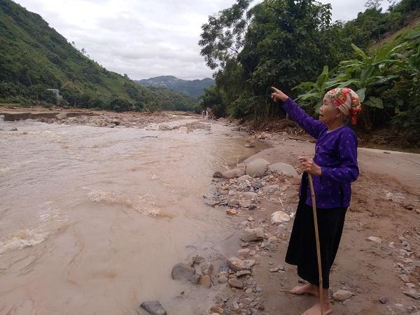 Mẹ Đinh Thị Ưa (83 tuổi) đã cứu cả làng thoát chết trong đêm.