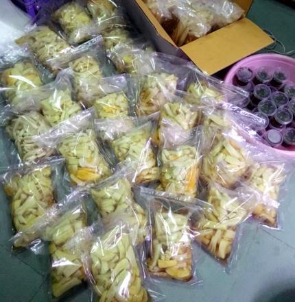 Ngay cả món đu đủ ướp, củ cải muối Tây Bắc cũng được chuộng mua.