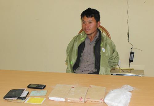 Cán bộ chiến sĩ Công an huyện Mường Chà bám địa bàn, vận động nhân dân không trồng, không sử dụng, mua bán trái phép ma túy.