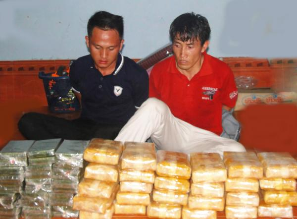 Hai trùm ma túy Vàng Vả Mềnh và Giàng Chí Hừ bị bắt cùng tang vật trong Chuyên án 065 AV. Ảnh: Long Ngũ