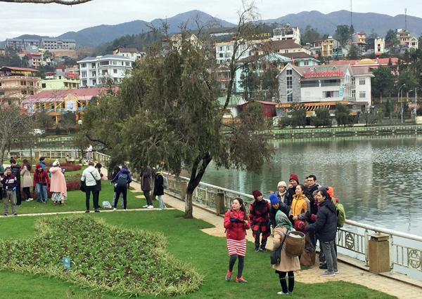 Du khách tham quan khung cảnh hồ trung tâm Sa Pa.