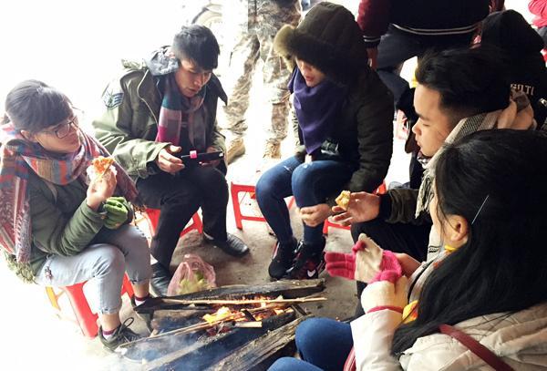 Các bạn trẻ thưởng thức đồ nướng tại Sa Pa.