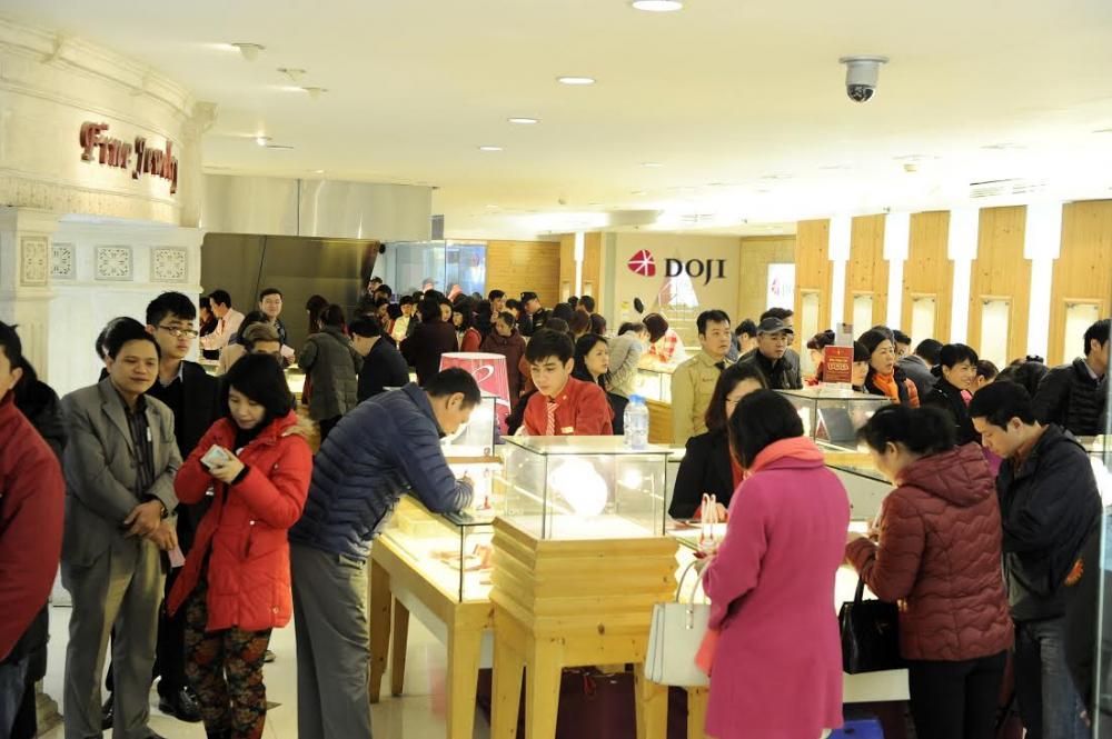 Vào ngày vía Thần Tài hàng năm mọi người thường đi mua vàng để cầu may mắn tài lộc.