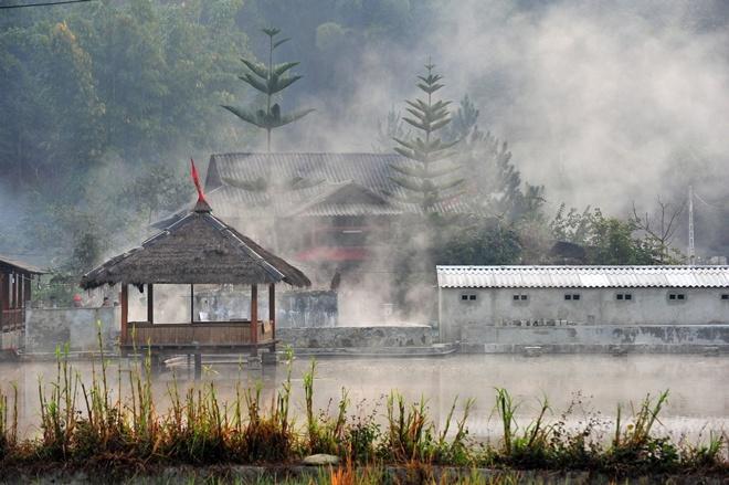Suối nước nóng ở Ngọc Chiến. Ảnh: VnExpress