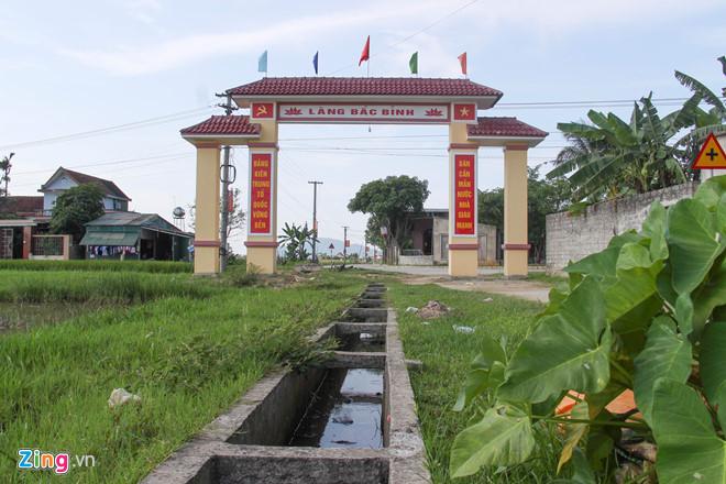 Cổng vào thôn Bắc Bình có mương thủy lợi chảy qua giữa cổng. Ảnh:Phạm Trường.