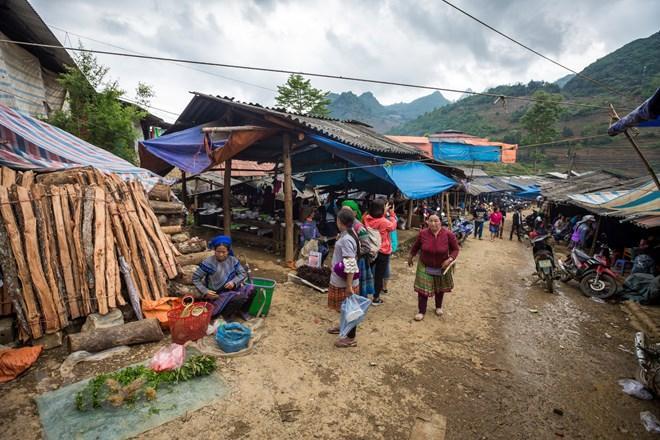 Chợ thường họp vào thứ Bảy hàng tuần và các ngày lễ, Tết trong năm, kéo dài từ sáng sớm đến quá trưa. Đến chợ chủ yếu là người các dân tộc Mông Hoa và người Giáy. (Ảnh: Phạm Hương/Vietnam+)