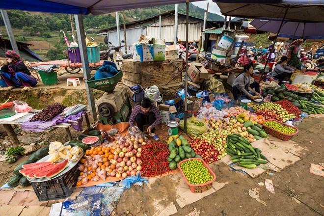 Chợ họp khá sớm, chỉ tầm 7 giờ sáng là đã đông đúc, chợ được chia thành nhiều khu vực bày bán nhiều hàng hóa từ các nông sản địa phương do đồng bào vùng cao mang xuống trao đổi, mua bán tại chợ. (Ảnh: Phạm Hương/Vietnam+)