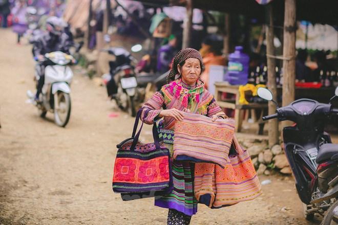 Những mặt hàng thổ cẩm ở đây luôn thu hút sự chú ý của du khách vì vẻ đẹp và màu sắc sặc sỡ. (Ảnh: Phạm Hương/Vietnam+)