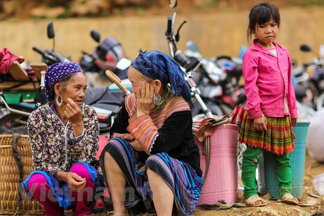 Những người dân tộc gặp nhau giữa chợ, dừng lại hỏi thăm nhau, vui vẻ nói cười làm không khí thêm phần nhộn nhịp. (Ảnh: Phạm Hương/Vietnam+)