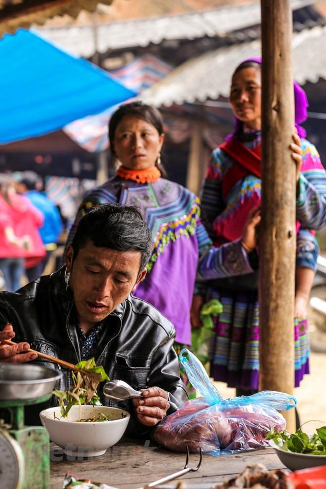 Chợ có riêng một khu để bán đồ ăn. Khu đồ ăn chủ yếu bán phở, một loại phở màu hồng đặc trưng của Tây Bắc cùng vô số loại thịt. (Ảnh: Phạm Hương/Vietnam+)